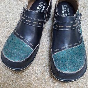 womens slip on clogs